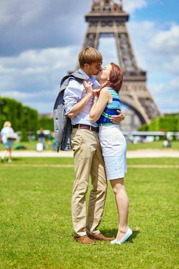 Paare, die in Paris nahe dem Eiffelturm küssen stockfotos