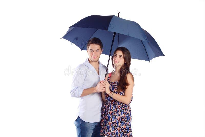 Paare, die Regenschirm halten lizenzfreies stockbild