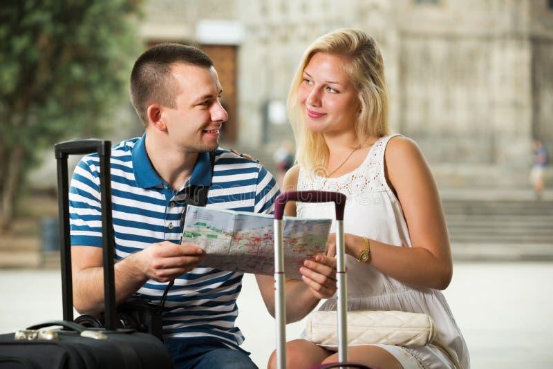 Paare, die Richtung unter Verwendung der Karte suchen lizenzfreie stockbilder