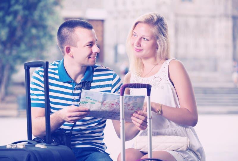 Paare, die Richtung unter Verwendung der Karte suchen stockbild