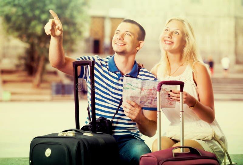 Paare, die Richtung unter Verwendung der Karte suchen lizenzfreie stockfotografie