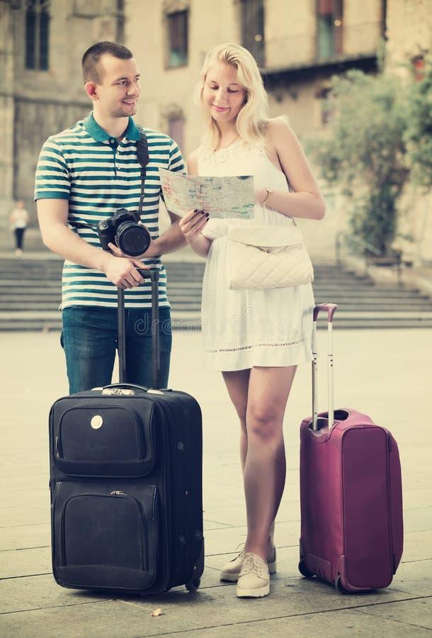 Paare, die Richtung unter Verwendung der Karte suchen lizenzfreies stockbild