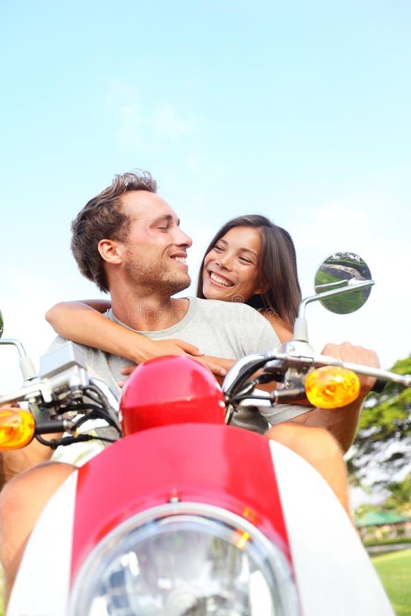 Paare, die Roller in der Liebe fahren lizenzfreie stockbilder