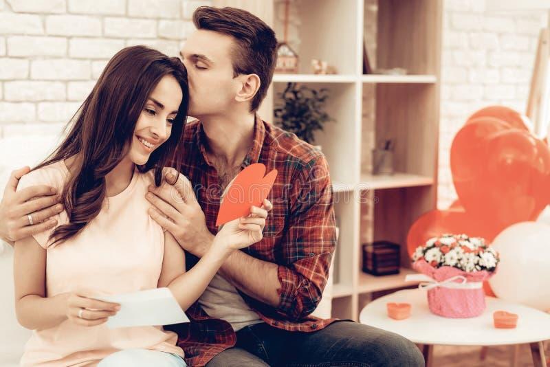 Paare, die roten Herz-Origami halten Valentinsgruß `s Tag lizenzfreie stockfotografie