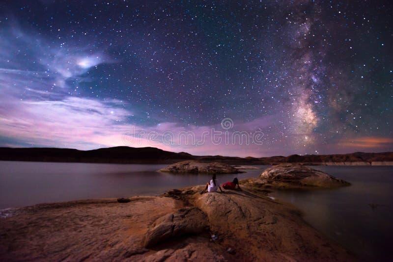 Paare, die schöne Milchstraße betrachten lizenzfreies stockbild