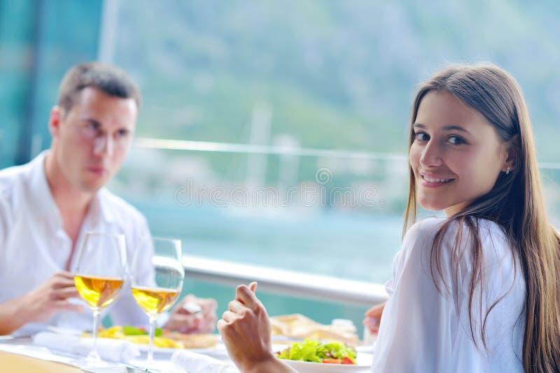 Paare, die am schönen Restaurant zu Mittag essen lizenzfreie stockfotografie