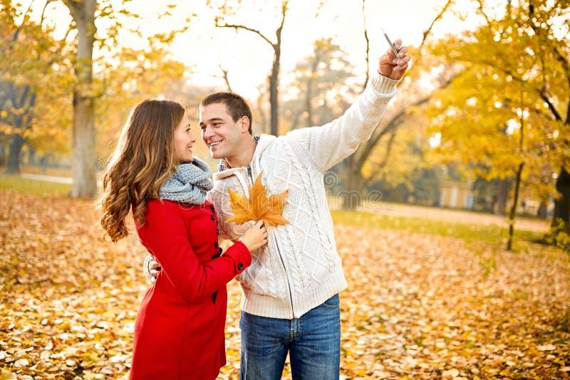 Paare, die selfie im Wald nehmen lizenzfreies stockfoto