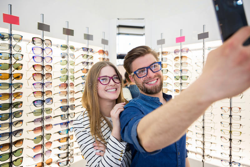 Paare, die selfie nehmen lizenzfreie stockfotografie