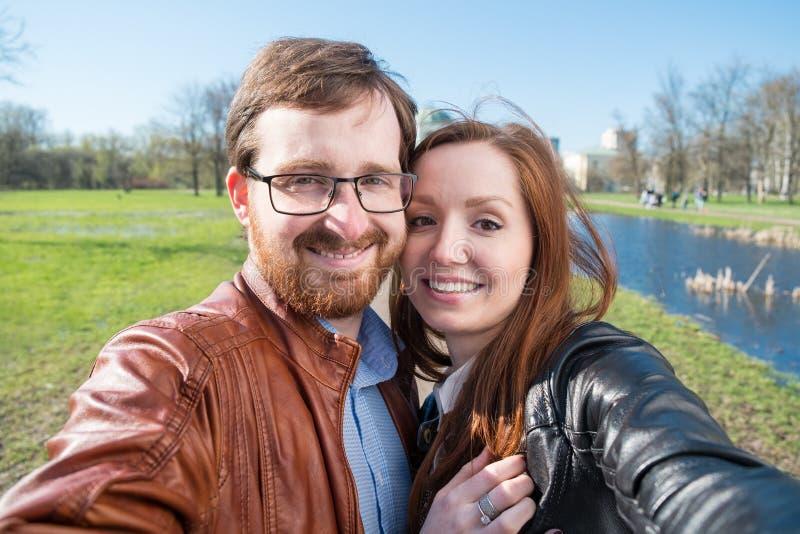 Paare, die selfie tun lizenzfreie stockbilder