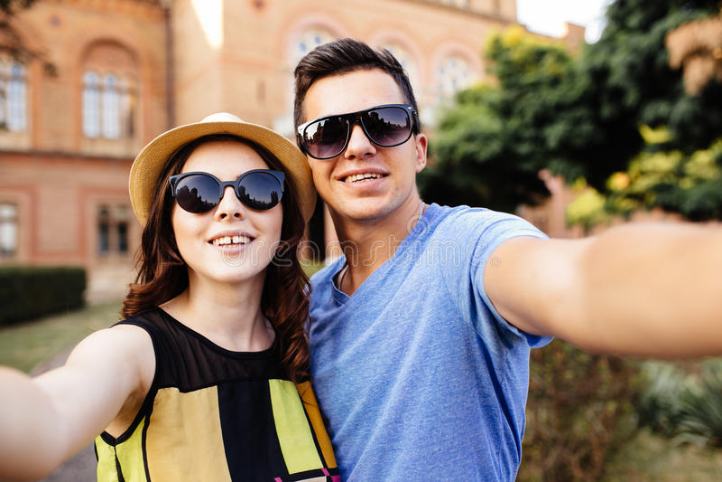 Paare, die selfie tun stockfotos
