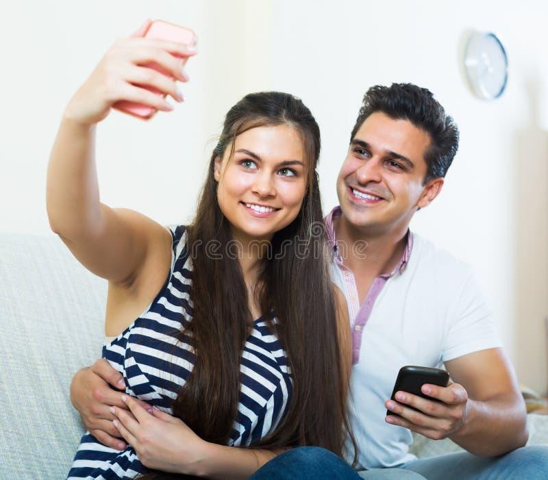 Paare, die selfie umarmen und tun stockfotografie