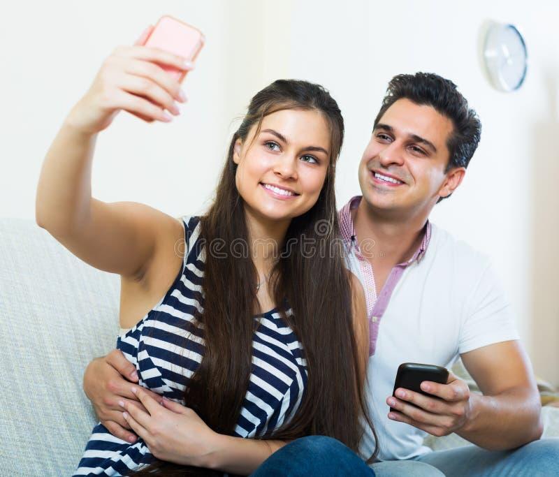 Paare, die selfie umarmen und tun lizenzfreie stockfotografie
