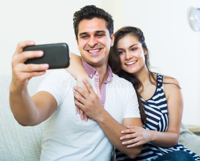 Paare, die selfie umarmen und tun lizenzfreie stockbilder