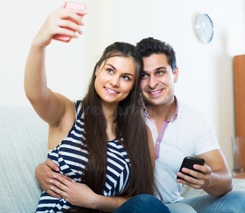 Paare, die selfie umarmen und tun stockfoto