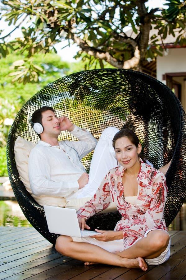 Paare, die sich draußen entspannen stockbilder