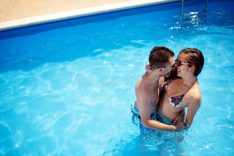 Paare, die Sommer im Pool genießen stockbilder