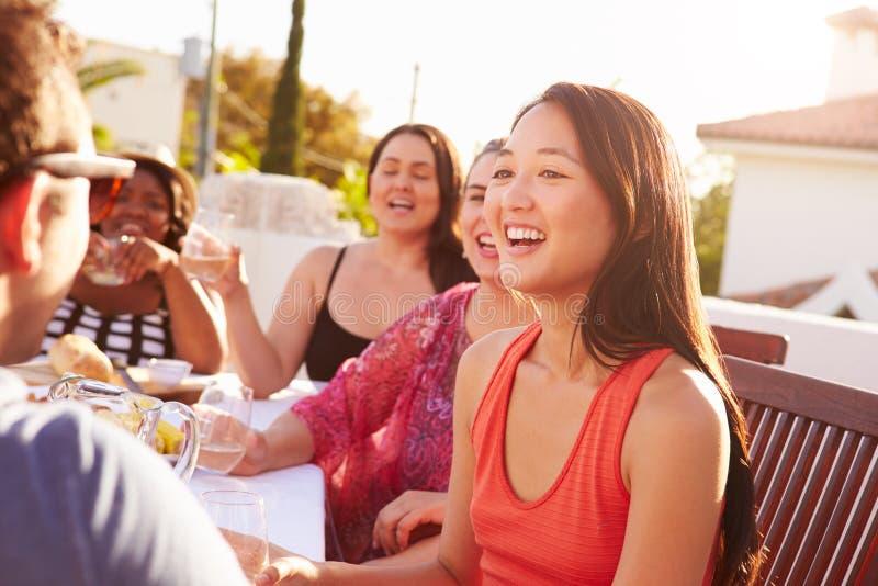 Paare, die Sommer-Mahlzeit im Freien mit Freunden genießen lizenzfreies stockfoto