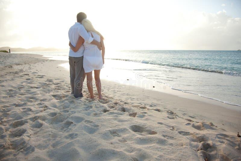 Paare, die Sonnenuntergang genießen lizenzfreies stockbild