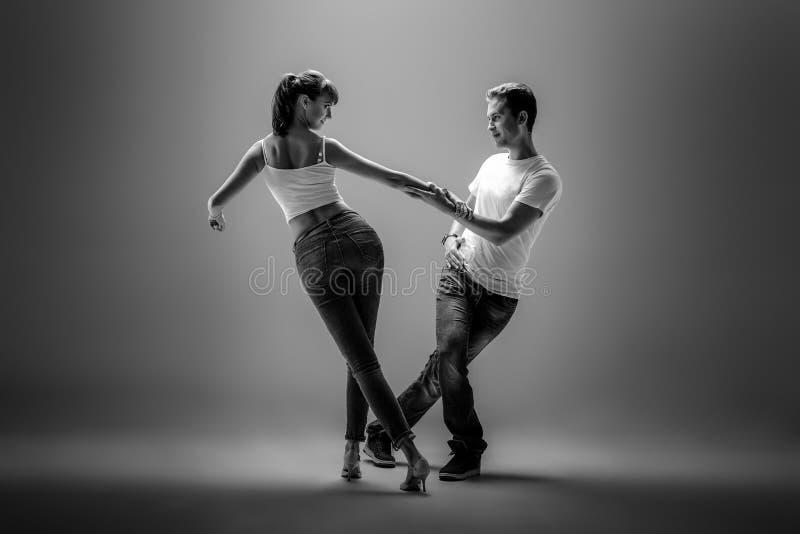 Paare, die Sozial-danse tanzen stockbilder