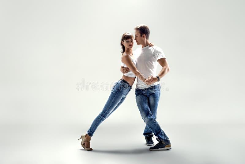 Paare, die Sozial-danse tanzen stockfoto