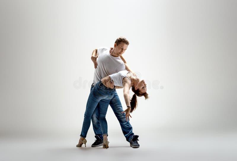 Paare, die Sozial-danse tanzen lizenzfreie stockfotos