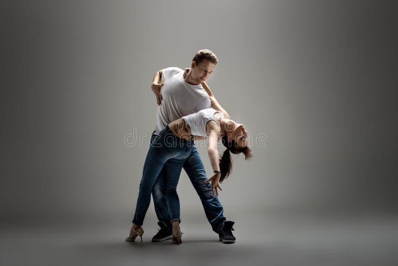 Paare, die Sozial-danse tanzen lizenzfreies stockbild