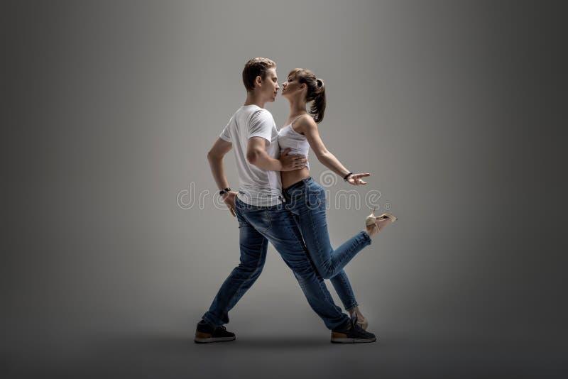 Paare, die Sozial-danse tanzen stockbild