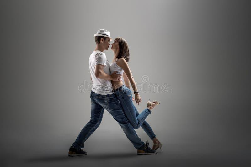 Paare, die Sozial-danse tanzen stockfotos