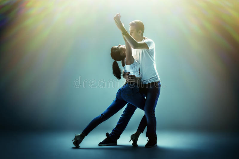 Paare, die Sozial-danse tanzen lizenzfreies stockfoto