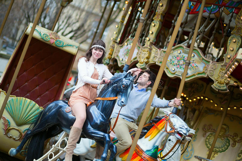 Paare, die Spaß auf Karussell haben stockfoto