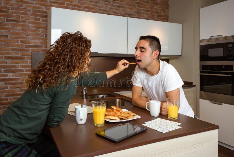 Paare, die Spaß beim Frühstücken haben stockfoto