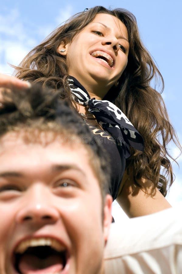 Paare, die Spaß draußen haben stockfotos