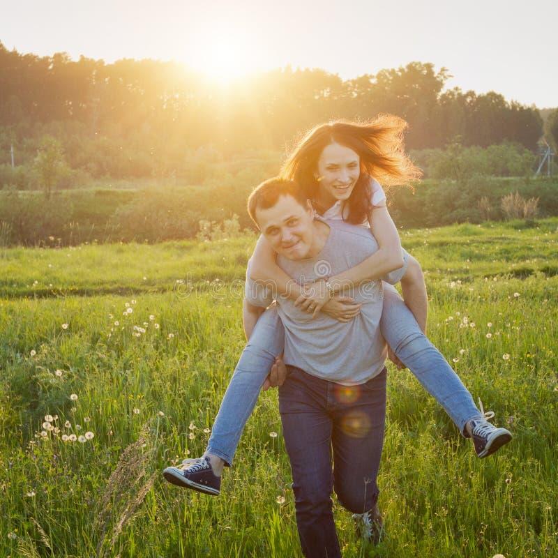 Paare, die Spaß haben stockfotografie