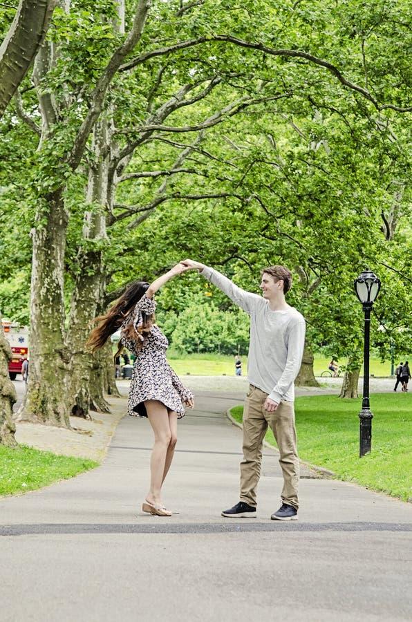 Paare, die Spaß im Central Park in New York City haben stockbild