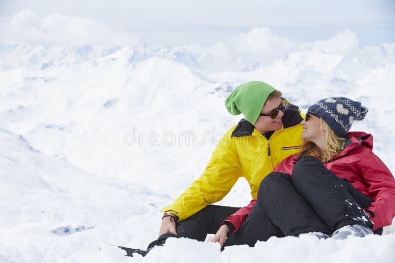 Paare, die Spaß am Ski-Feiertag in den Bergen haben stockfotografie
