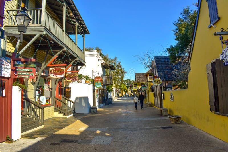 Paare, die in St- Georgestraße an der alten Stadt in Floridas historischer Küste gehen lizenzfreie stockfotos