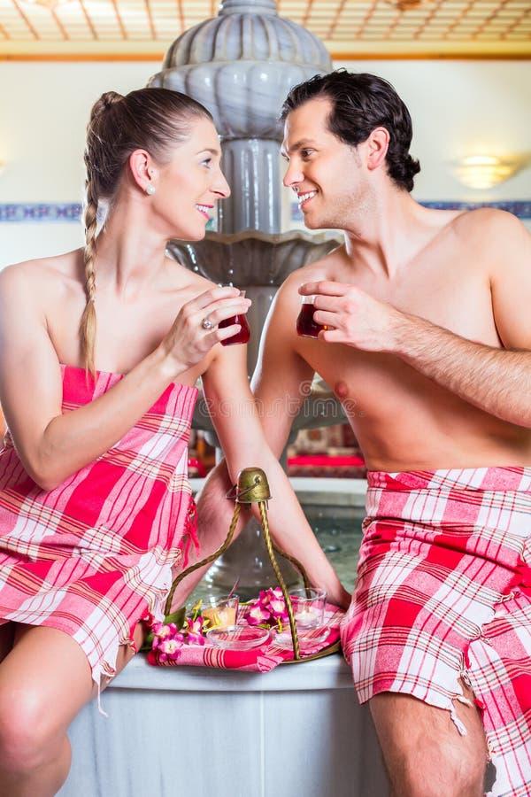 Paare, die türkischen Tee im Wellnessbadekurort trinken lizenzfreie stockfotos