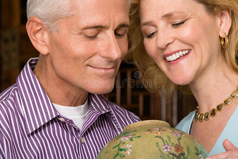 Paare, die Vase betrachten stockfotos