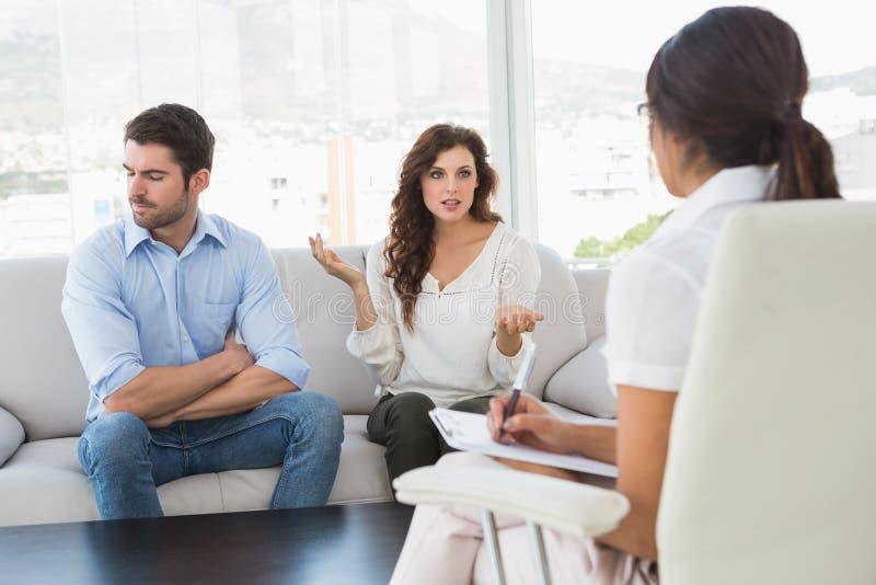 Paare, die vor ihrem Therapeuten streiten lizenzfreies stockbild
