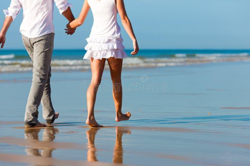 Paare, die Weg auf dem Strand haben stockfotos