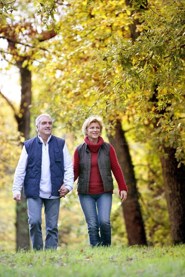 Paare, die Weg genießen stockfotos