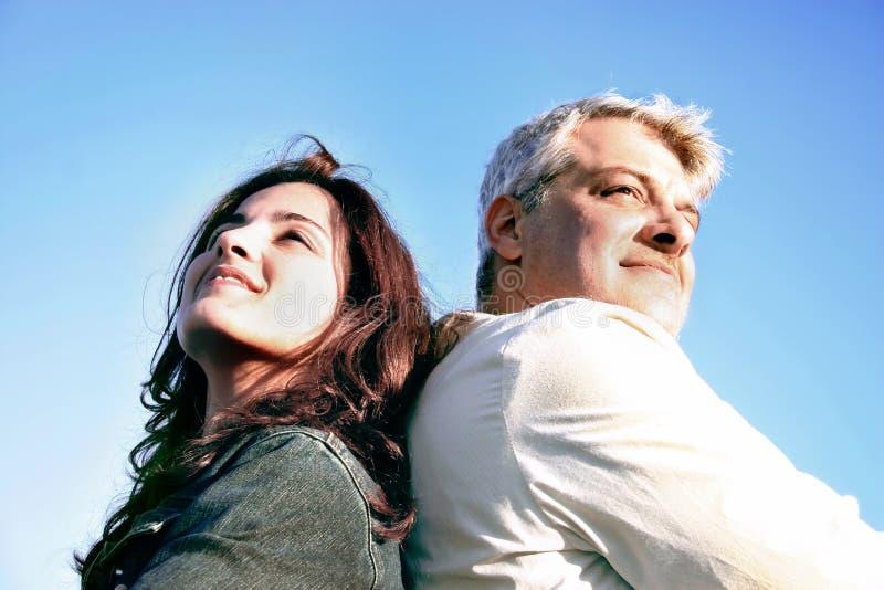 Paare, die weg schauen stockbilder