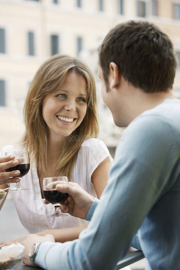 Paare, die Wein-Gläser am Café rösten lizenzfreie stockfotos