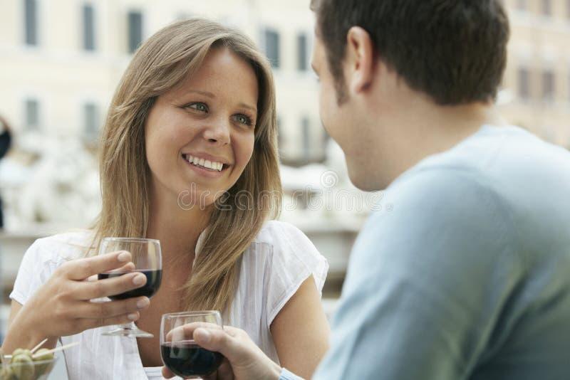 Paare, die Wein-Gläser am Café rösten lizenzfreie stockbilder