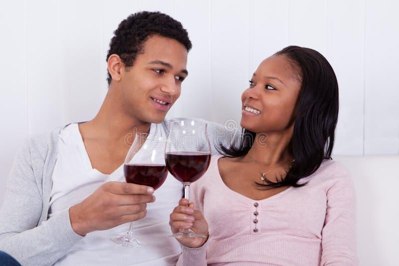 Paare, die Wein rösten stockbild
