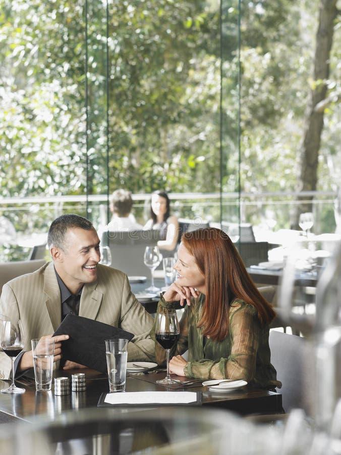 Paare, die Wein am Restaurant genießen stockbilder