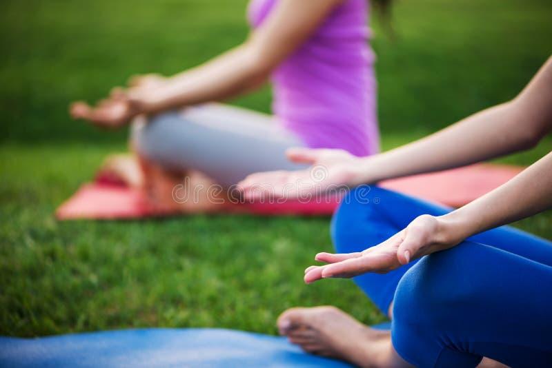Paare, die Yoga tun lizenzfreie stockfotografie