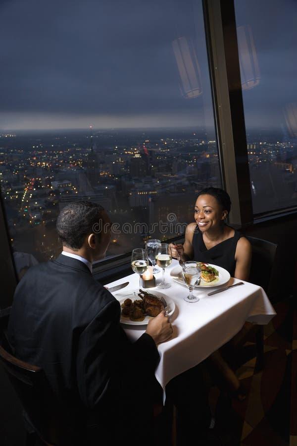 Paare, die zu Abend essen. lizenzfreies stockfoto