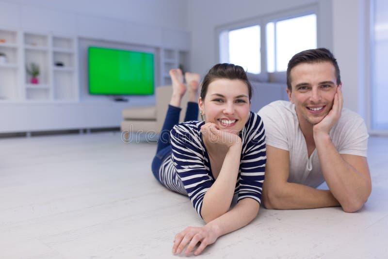 Paare, die zu Hause auf dem Boden liegen lizenzfreie stockfotografie