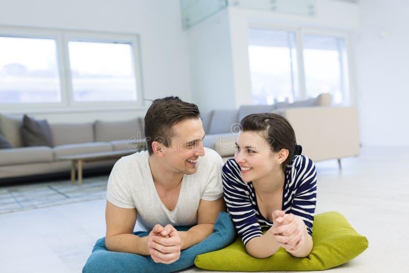 Paare, die zu Hause auf dem Boden liegen lizenzfreies stockfoto